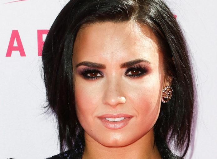 Demi Lovato trägt Smokey Eyes