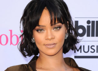 Rihanna hat unrasierte Beine