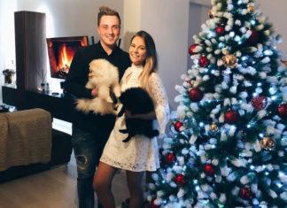 Dagi Bee zeigt ihr Weihnachtsgeschenk von Eugen Kazakov
