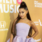 So kennen wir Ariana Grande, aber in echt hat sie kurze Locken
