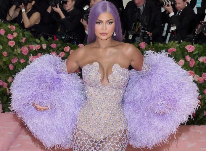 Kylie Jenner hat sich angebllch mit Photoshop schlanker gemacht. Das ist das Originalfoto!