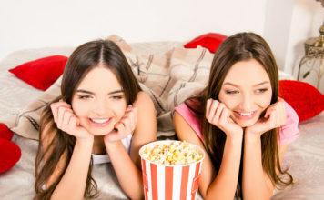 Zwei Mädchen streamen VoD Filme