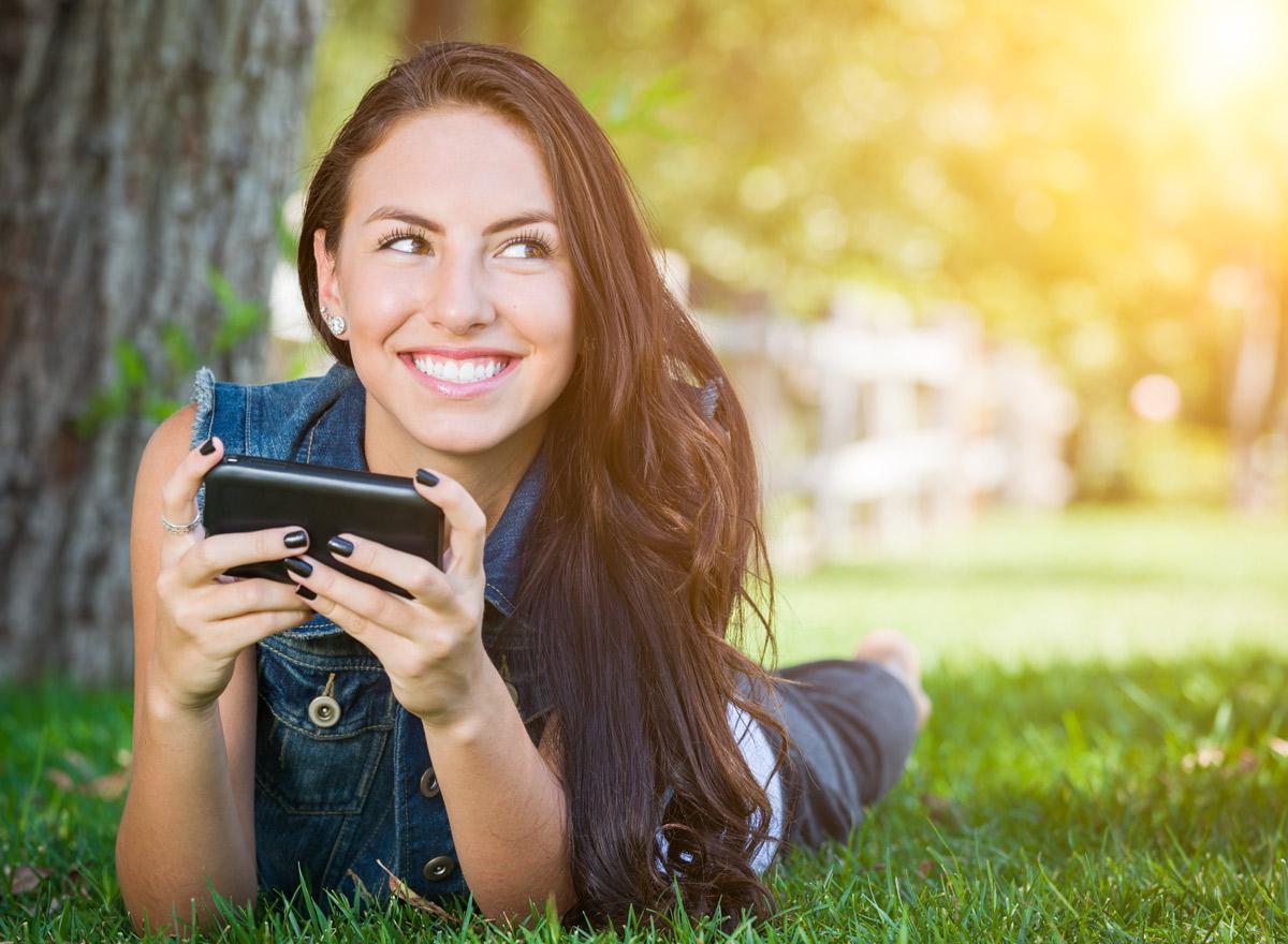 Mädchen streamt Film mit Smartphone