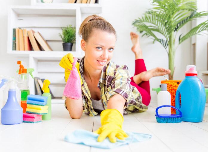 Ein Mädchen beim Abnehmen durch putzen