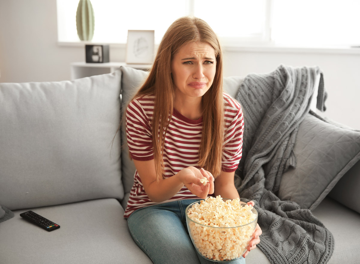 Mädchen mit Liebeskummer schaut Serie