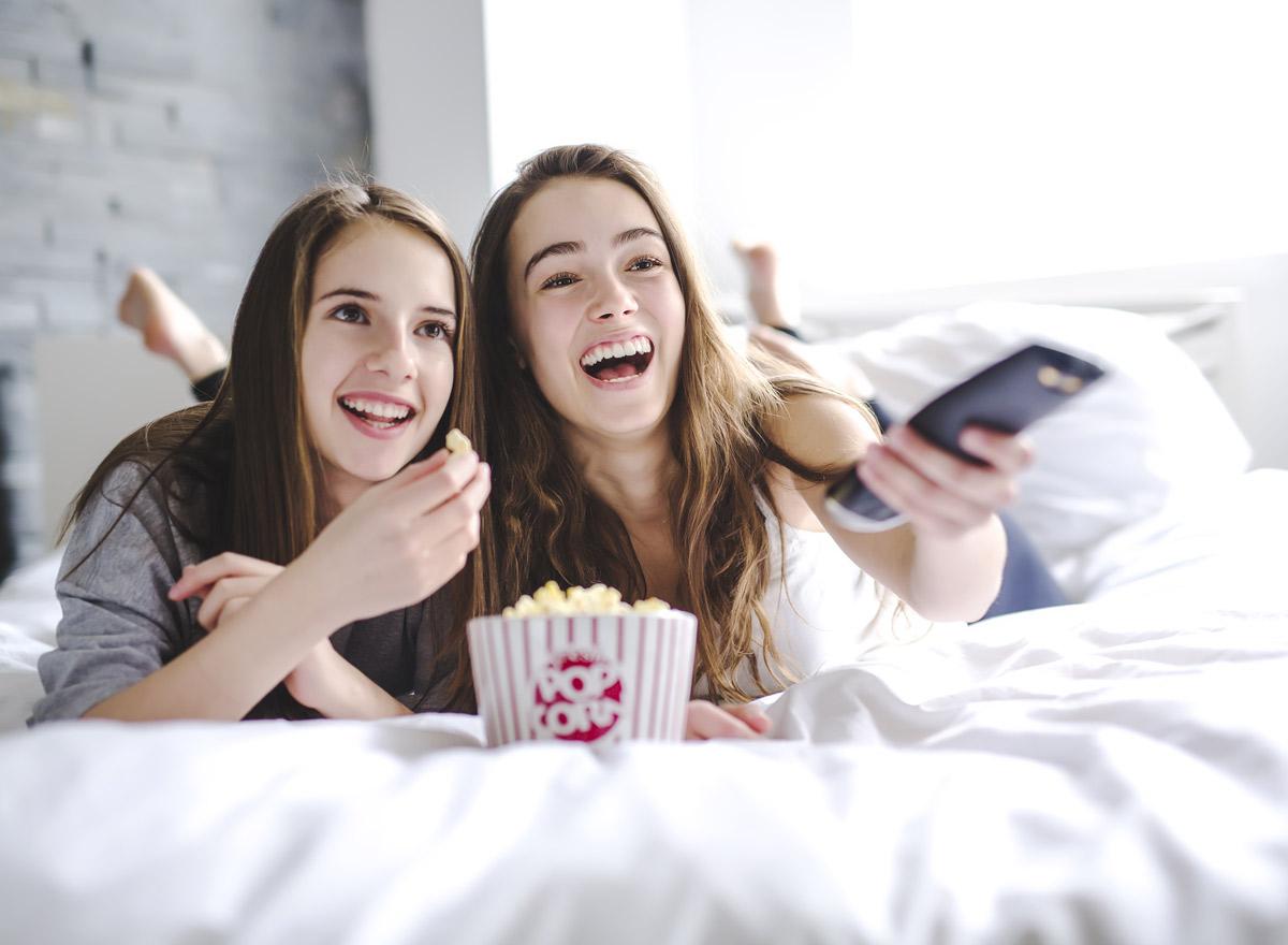 Zwei Mädchen schauen Netflix Serien
