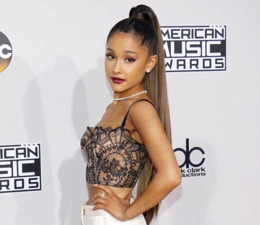 Ariana Grande mit glatten Haaren