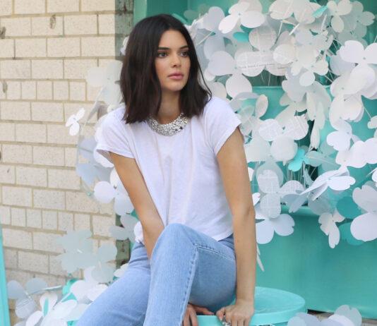 Kendall Jenner in Jeans und einem weissen T-Shirt