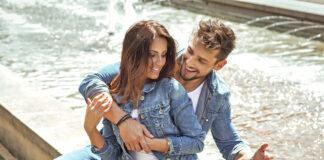 Shirt und Jeansacke sind ein immer angesagter Partnerlook