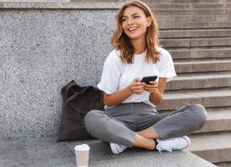 Mädchen sendet süße Texte an Freundin