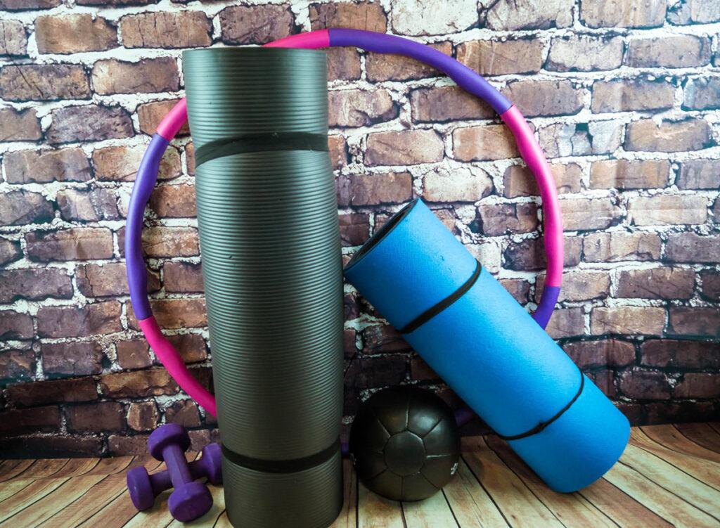 Neben Bällen und Hanteln hat auch der Hula-Hoop seinen Platz beim heimischen Workout gefunden